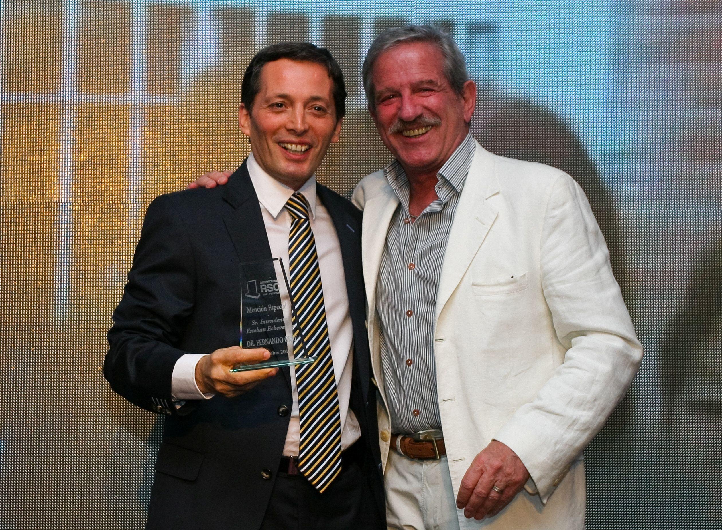 Pablo Alarcón entregó premio a Fernando Gray por su compromiso en la cultura.