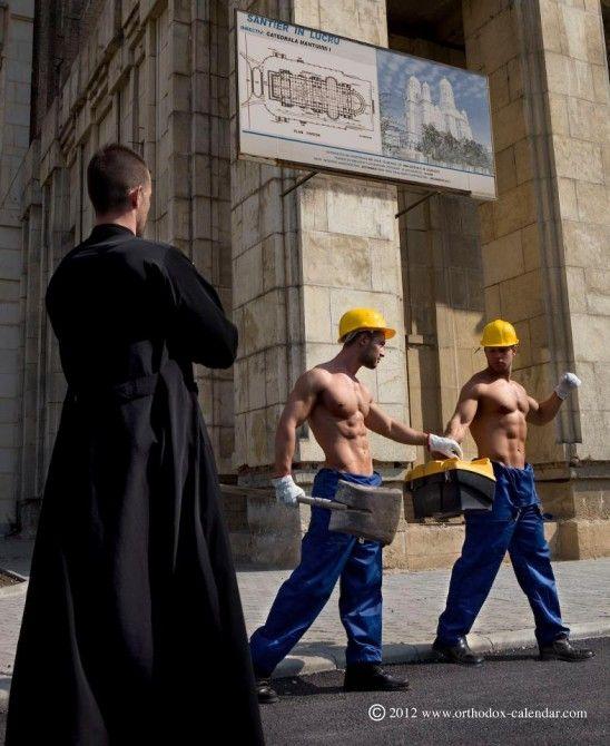 Sacerdotes arman un calendario hot para recaudar fondos