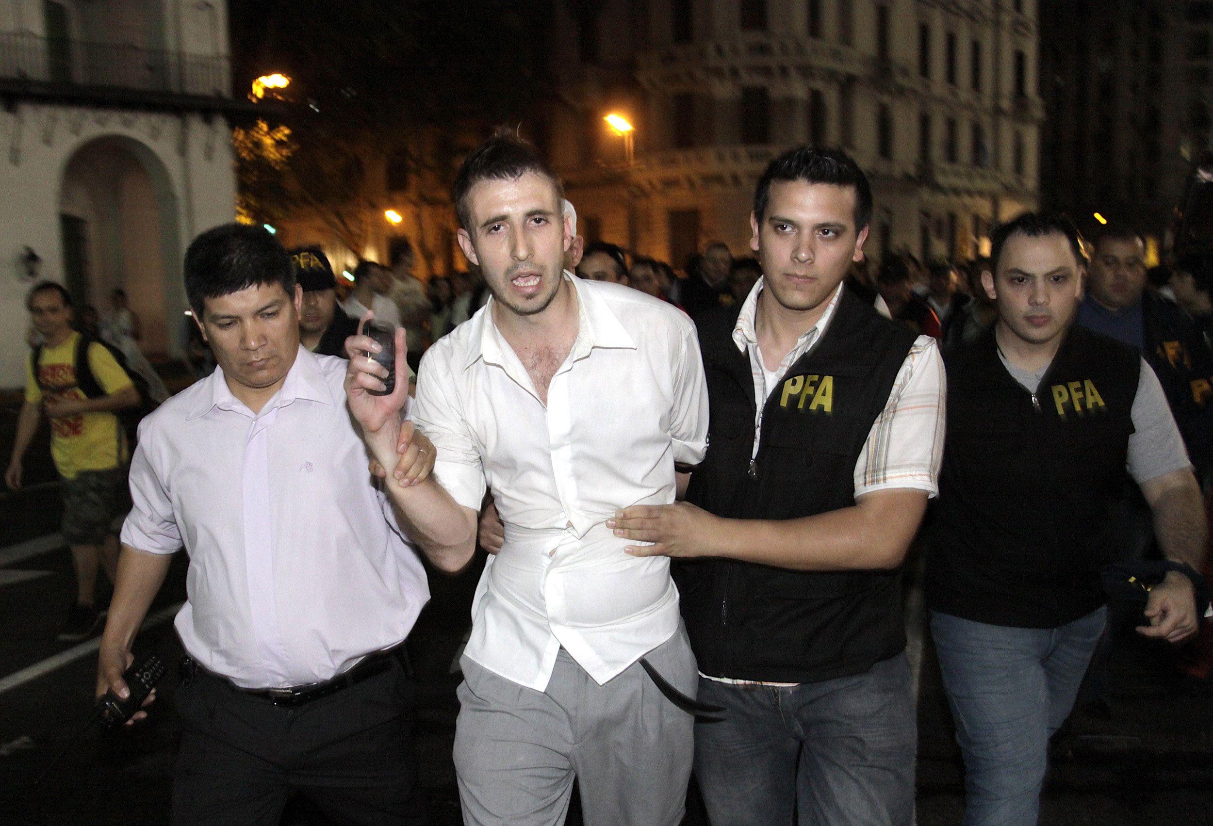 Nicolás González Ayuso en el momento que fue detenido por la PFA