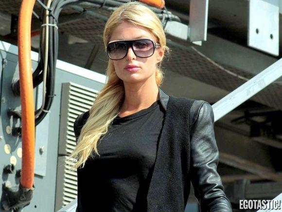 Paris Hilton le saca jugo a andar sin corpiño