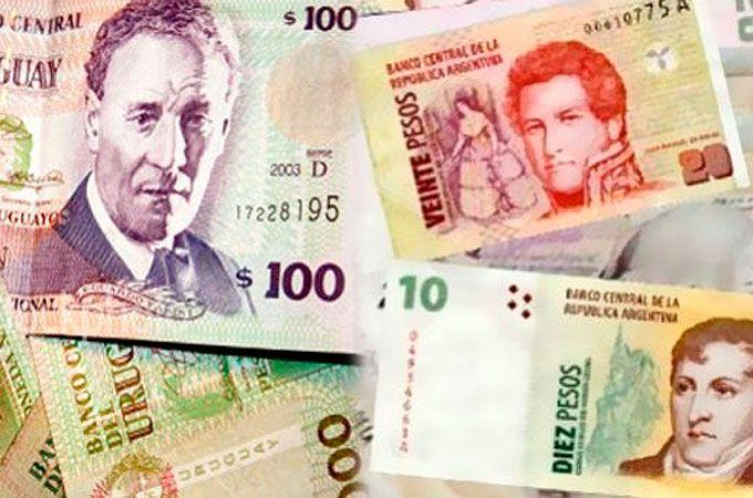 Pagar con pesos argentinos en Uruguay sale un 30% más