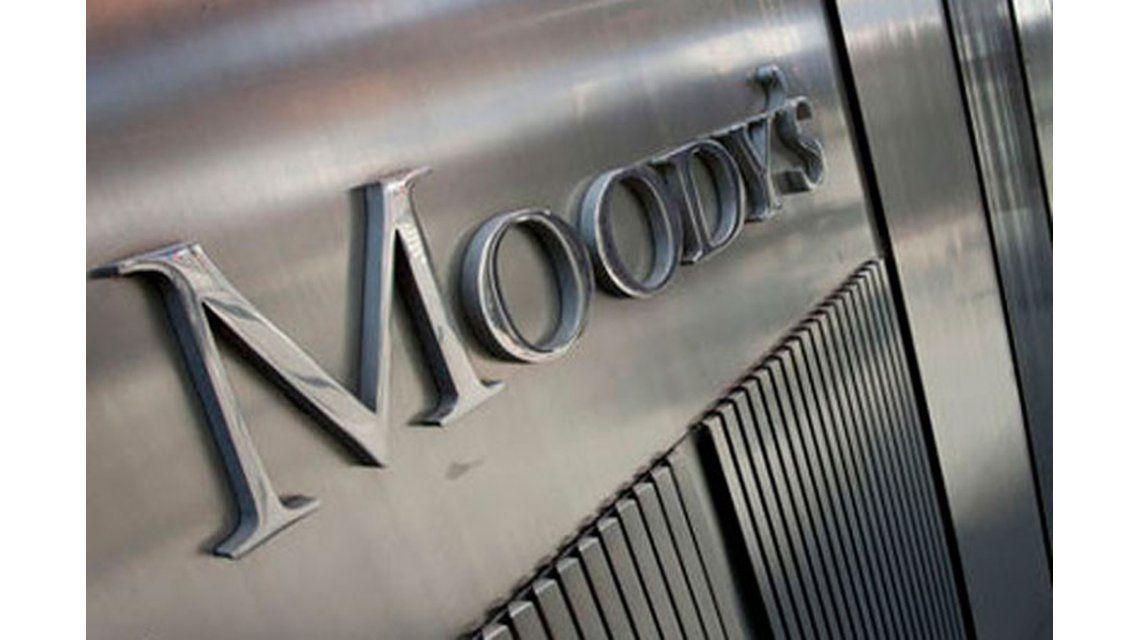 Moodys rebajó a negativo la calificación de la Argentina
