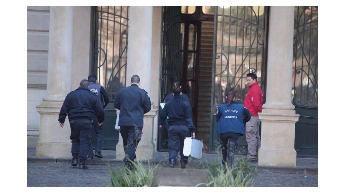 Policía Científica ingresa a peritar el Colegio Nacional de La Plata