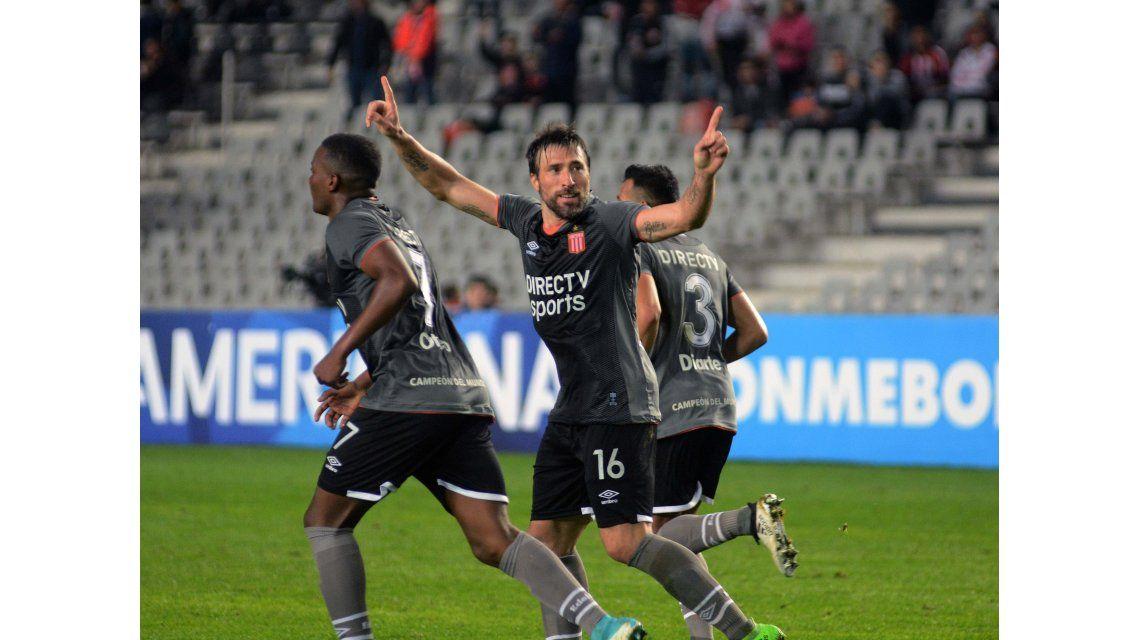 Pavone marcó los dos goles de Estudiantes