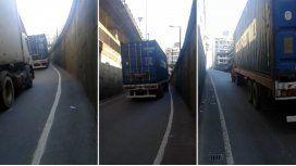 Demoras en la 25 de Mayo por la maniobra de un camionero