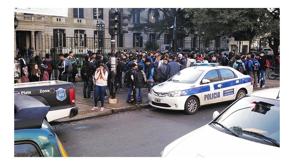 La Plata: intentan determinar si la alumna que se baleó fue instigada al suicidio