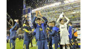 Los jugadores saludan a su público antes del encuentro ante Villarreal