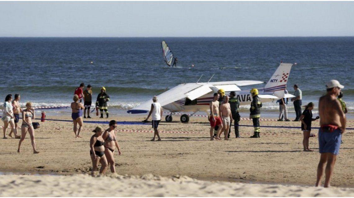 Una avioneta aterrizó de emergencia en una playa y mató a dos personas