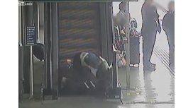 Mirá los terribles palos que se pega la gente subiendo por escalera mecánica
