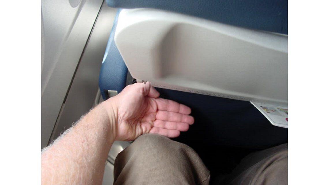 Algunas aerolíneas no dejan ni cinco dedos de distancia entre la rodilla del pasajero y el asiento