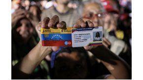 Militantes chavistas exhibel el Carnet de la Patria que les daban tras votar