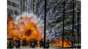 Una explosión en medio de varios policías motorizados este domingo 30 de julio de 2017, en inmediaciones de la Plaza Altamira de Caracas.