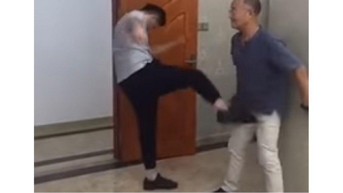 Un artista marcial resiste todos los golpes