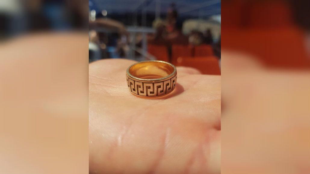 La mujer busca al legítimo dueño del anillo
