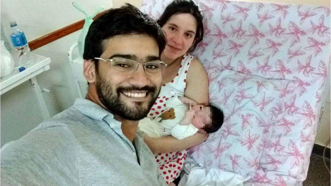 Matías Ronzano junto su mujer y su pequeña hija