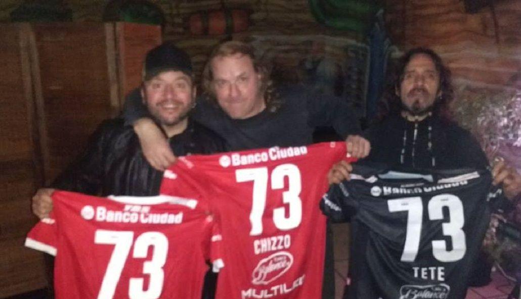 Los directivos les dieron camisetas del equipo