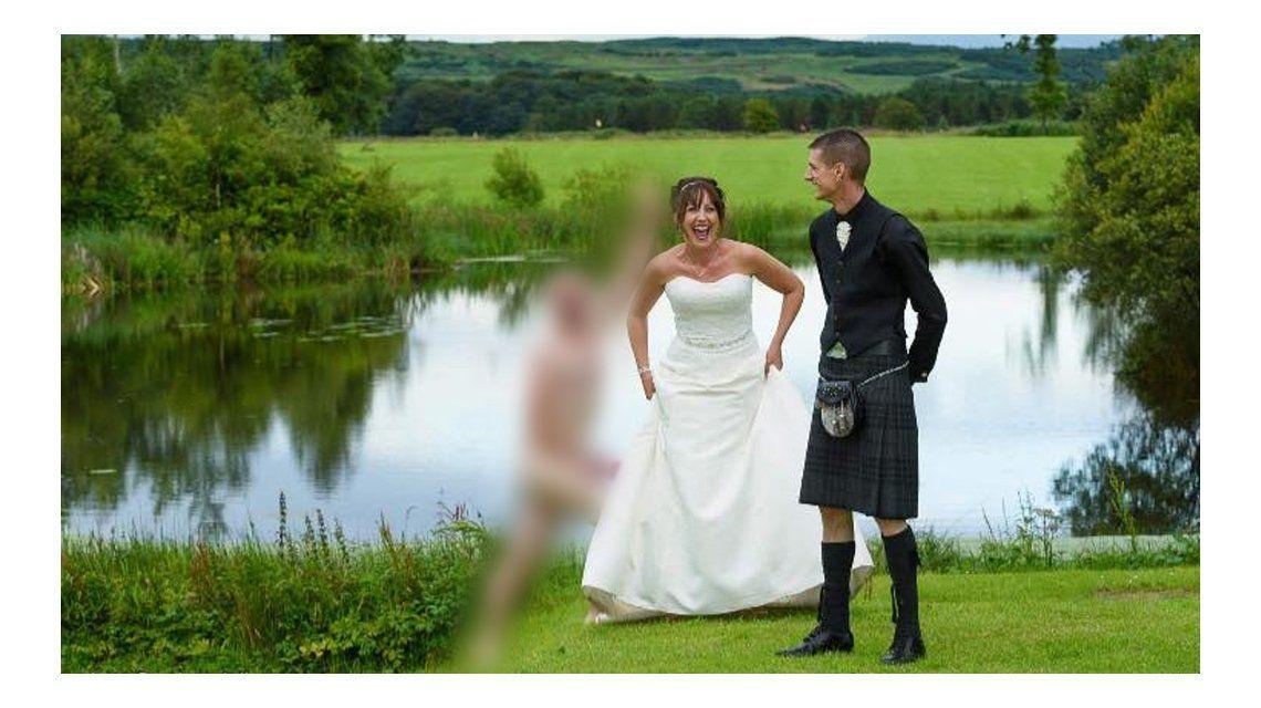 Se metió desnudo durante la sesión de fotos de una boda de sus amigos