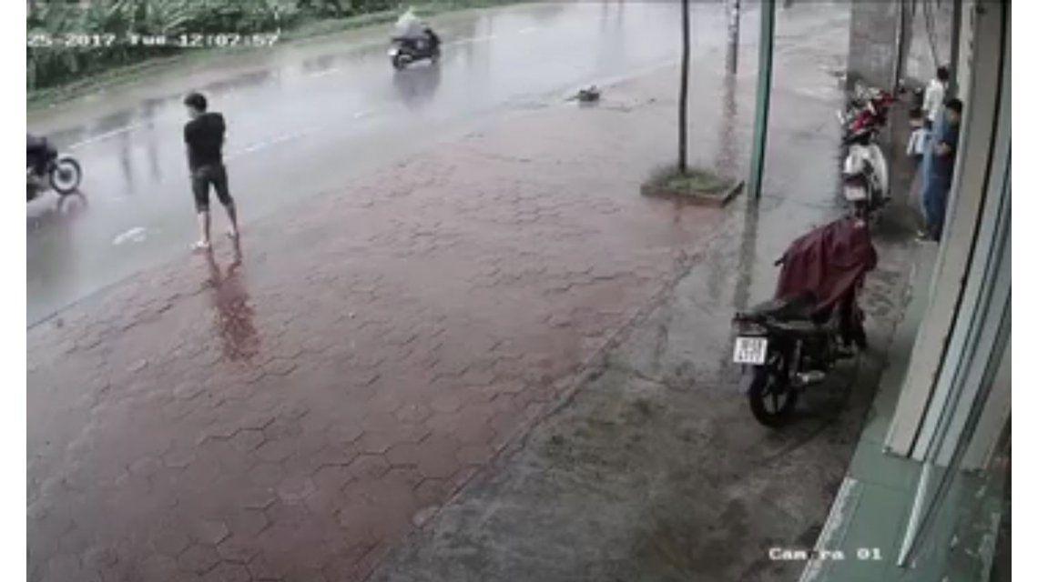 Hacía pis en la calle y un auto lo mojó todo