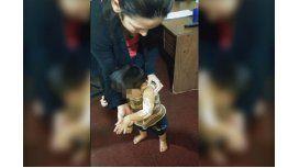 Le tiró agua caliente a su mujer, erró y le causó quemaduras a su hijo