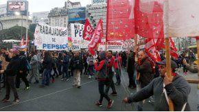 Los trabajadores cortan la 9 de Julio, la Avenida Corrientes y el Metrobus. Hay caos de tránsito.