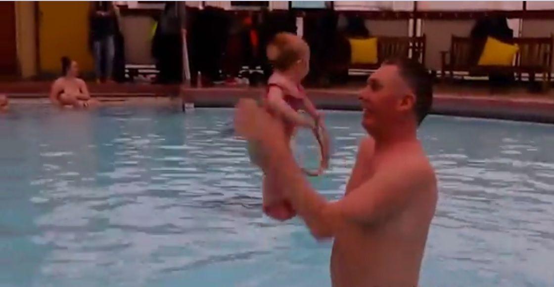 La bebé que se pone de pie en la piscina se volvió viral