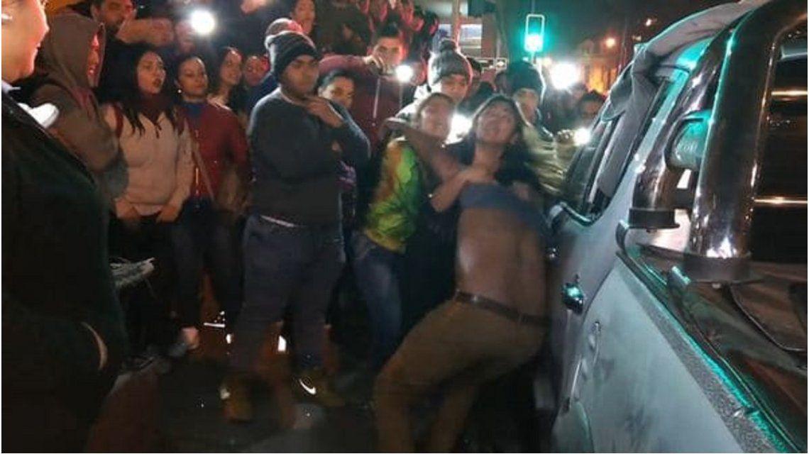 VIDEO: Sorprendió a su marido con su amante y le destrozó la camioneta