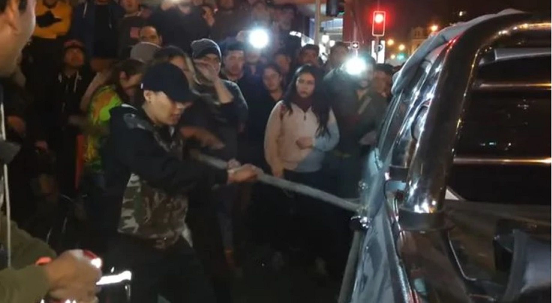 Sorprendió a su marido con su amante y destrozó su camioneta