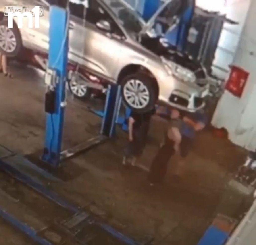 Un auto aplastó a dos mecánicos en un taller