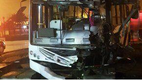 Un tren embistió a un colectivo en Mariano Acosta: un muerto y 15 heridos