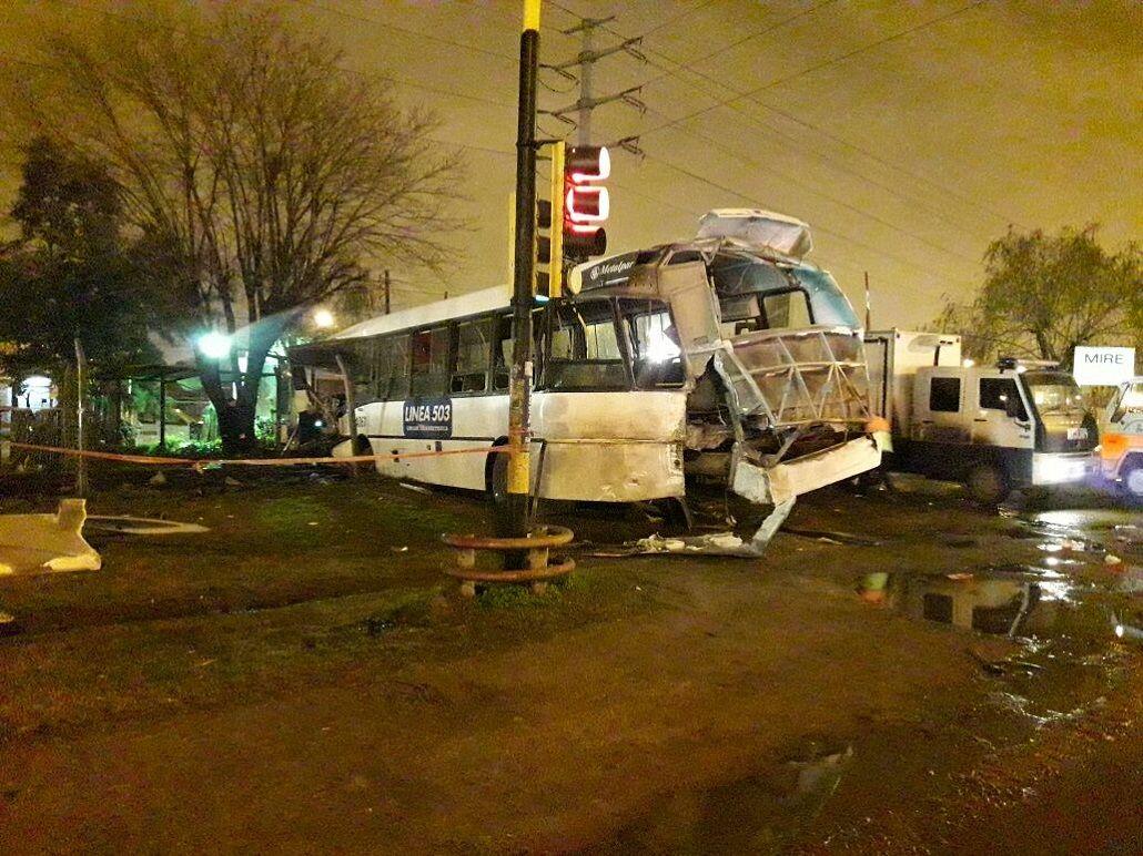 Un tren arrolló un colectivo en Mariano Acosta: un muerto y 15 heridos. Foto @MeliMonti
