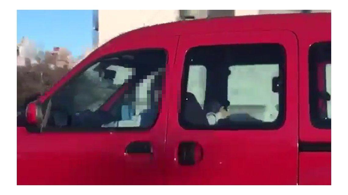 Irresponsable al volante: iba por la autopista 25 de Mayo mientras le practicaban sexo oral