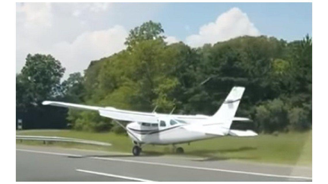 Aterrizó una avioneta en medio de la ruta