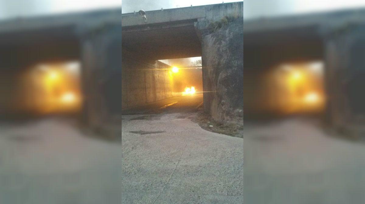 El cuerpo fue encontrado al controlar las llamas en un auto (La Voz del Interior)