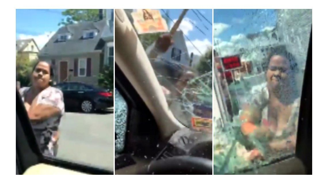 Una mujer rompe el auto de su marido con un martillo con sus hijos adentro