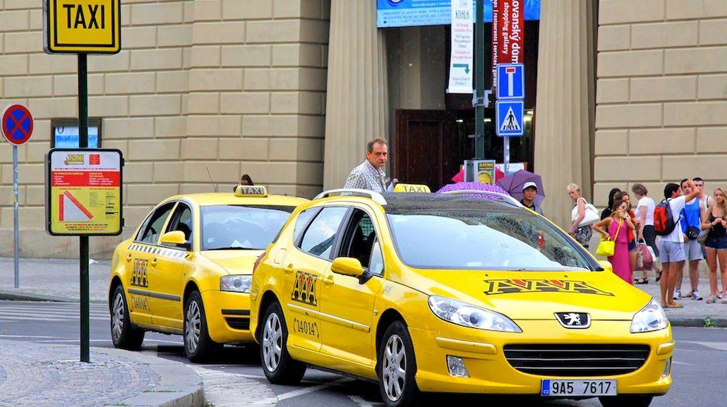 Un taxista de Praga quiso cobrarle una fortuna a una turista