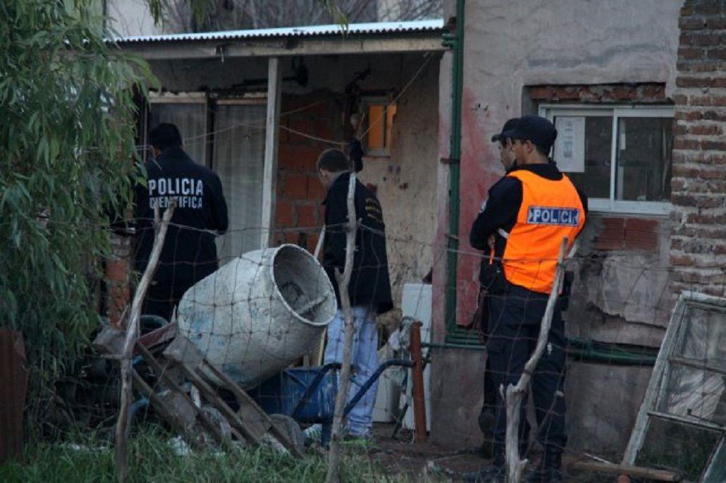 Policía en el interior de la vivienda del menor baleado