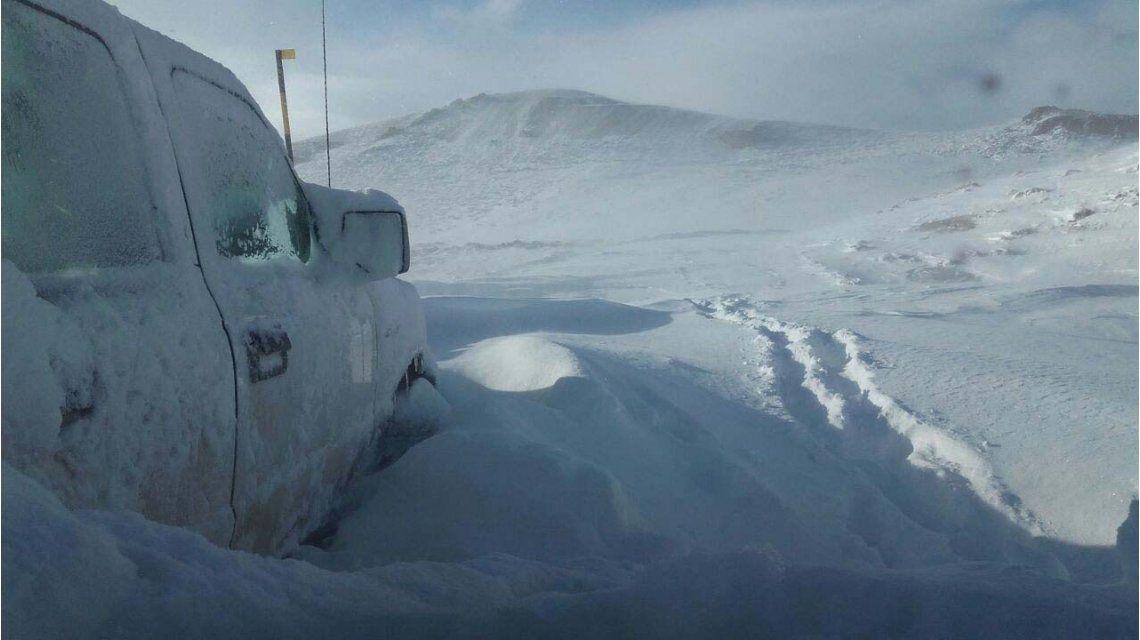 Una familia sobrevivió 25 horas dentro de su camioneta atrapada por la nieve