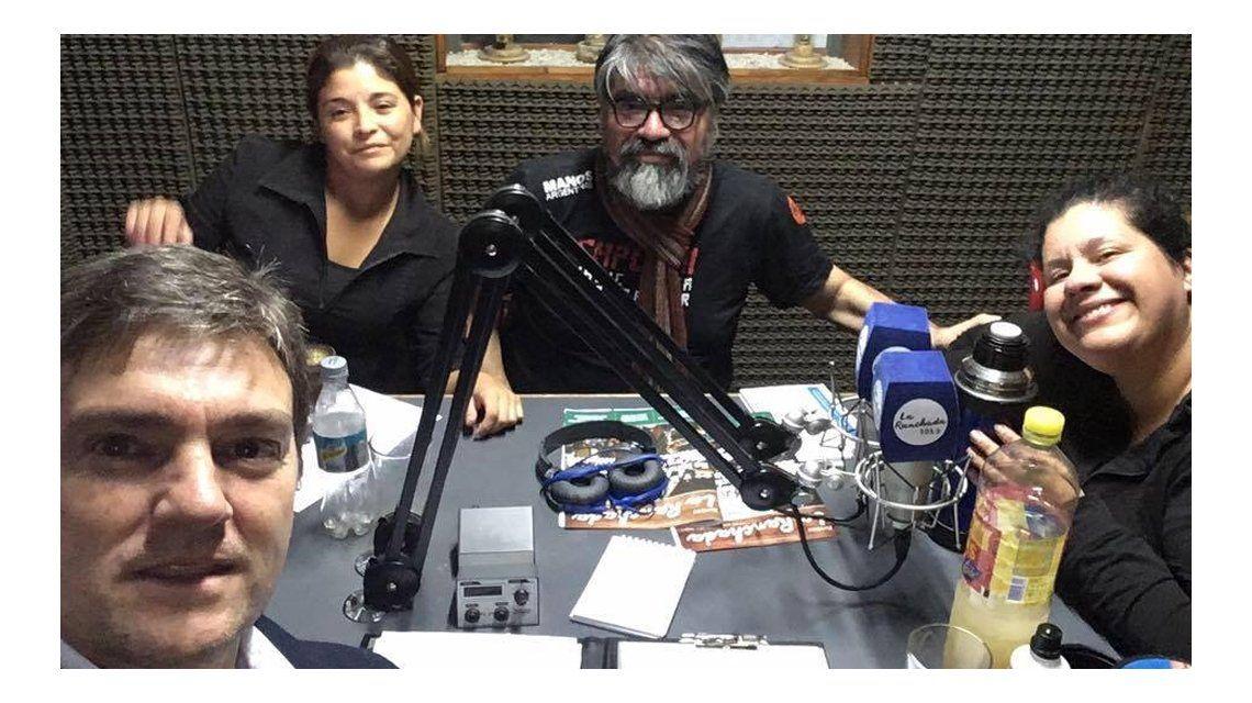 Hacen un programa de radio para buscar a sus padres y ayudar a otros