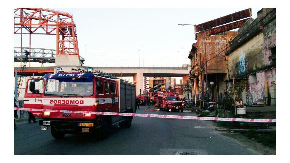 Tres dotaciones de bomberos trabajaron en el lugar