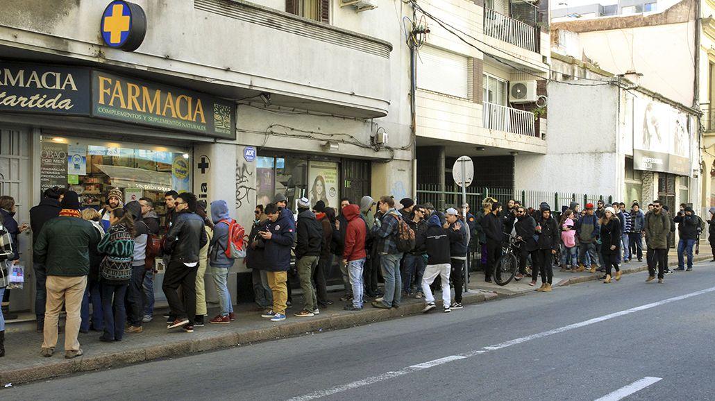 Filas en las farmacias de Uruguay para conseguir marihuana