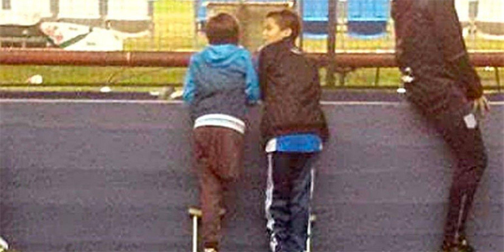La imagen del niño hincha de Racing que compartió su muleta con un amigo