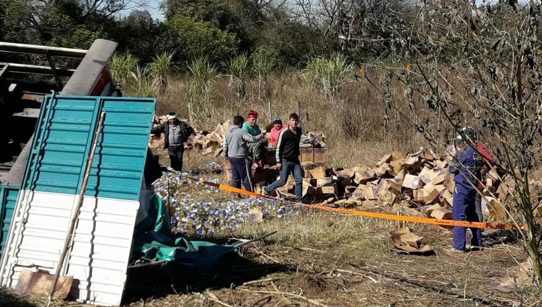 Vecinos se acercaron a buscar botellas de aceite que cayeron del camión