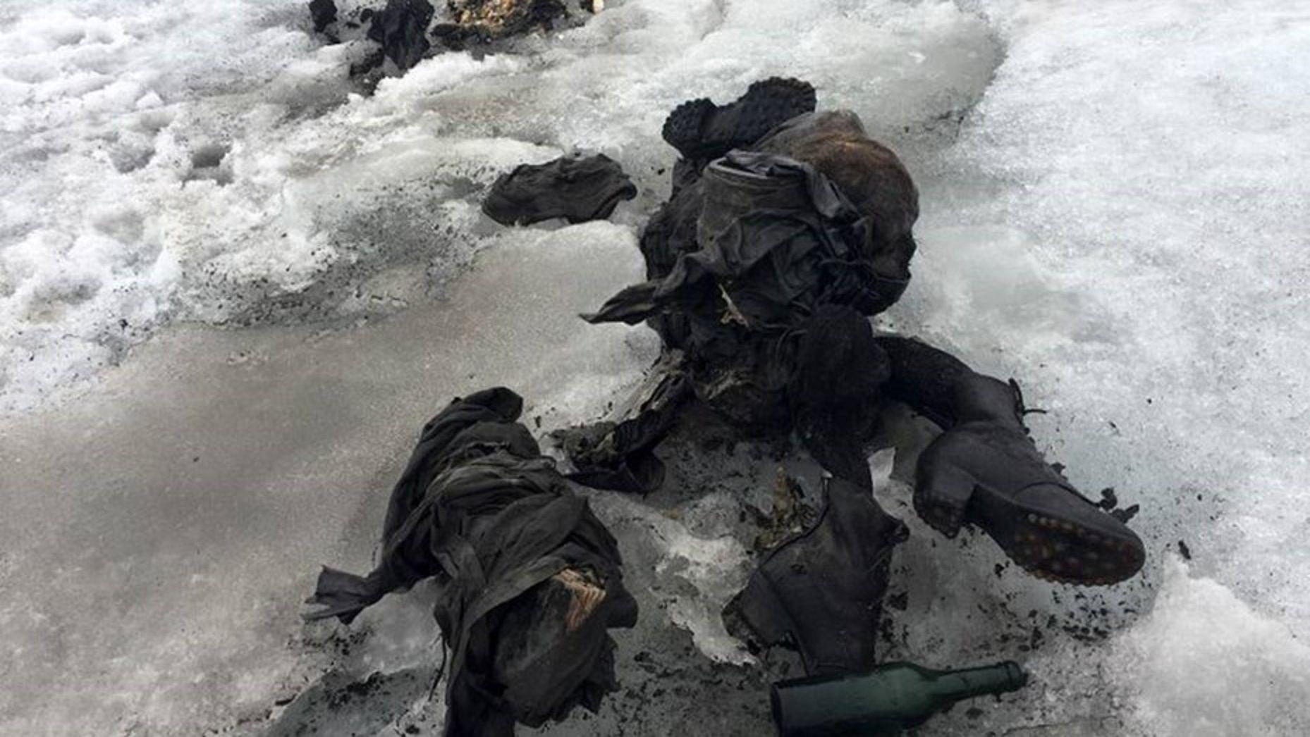 Hallaron una pareja momificada en un glaciar