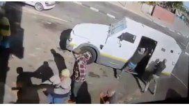 Un grupo de delincuentes roban un camión de caudales