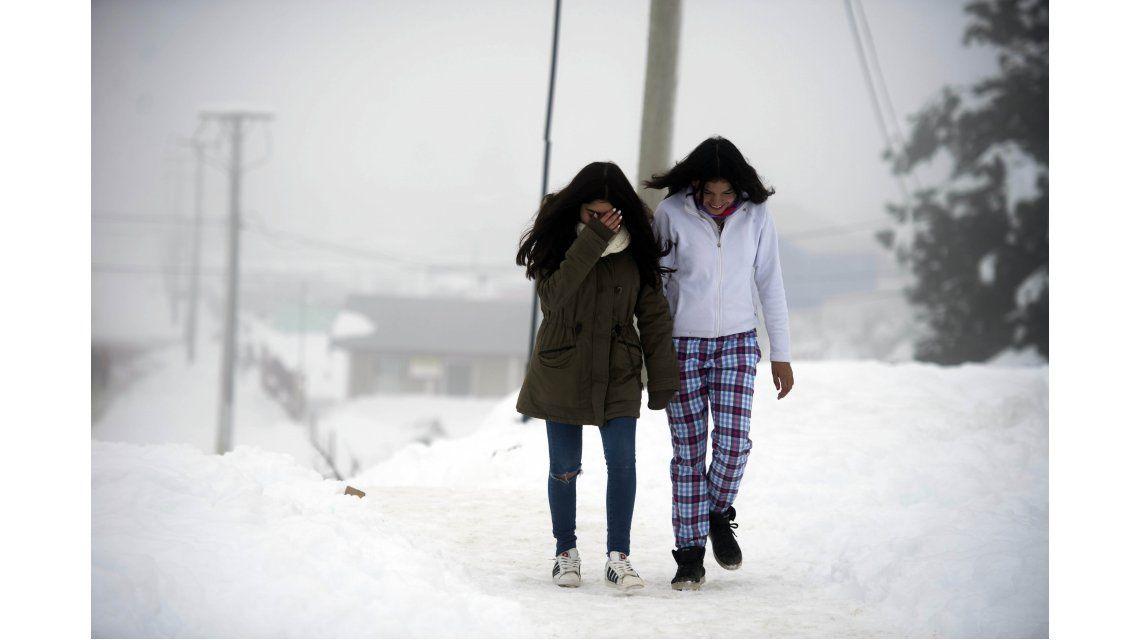 Dos chicas caminan en medio de la nieve en San Carlos de Bariloche