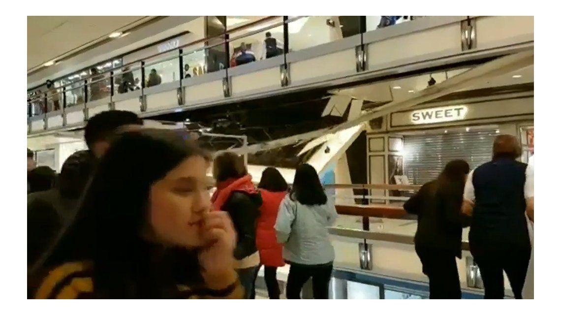 VIDEO: Así fue el derrumbe del techo del shopping Abasto