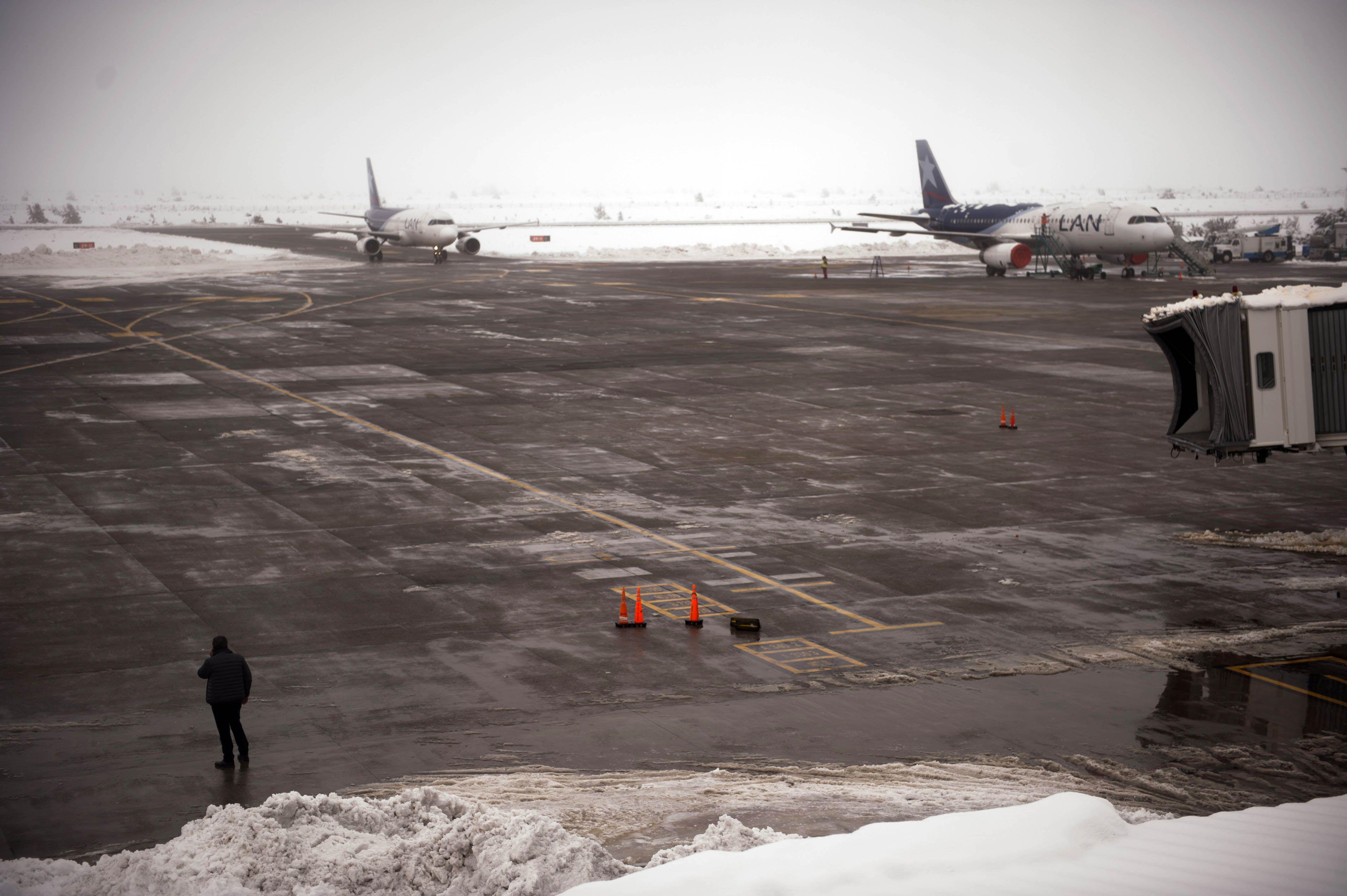 Siguen bajo cero las temperaturas en Bariloche: hay problemas con los vuelos y en las rutas
