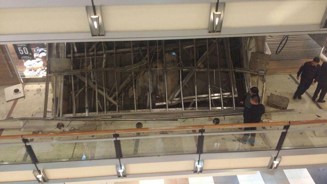 Se cayó parte del techo del shopping Abasto
