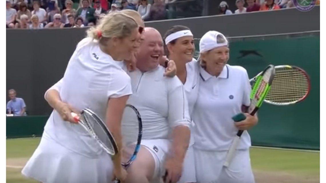 Un espectador se vistió con pollera y jugó parte de un partido en Wimbledon