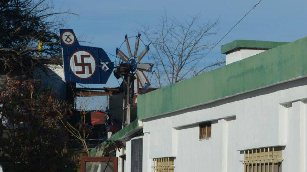 La casa tiene una veleta con la esvástica y otro escudo nazi